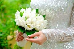 白色郁金香婚礼花束  免版税库存照片
