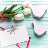 白色郁金香花、空标识符和两只装饰鸟 图库摄影