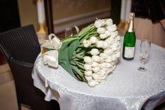 白色郁金香豪华花束女朋友的 免版税库存图片