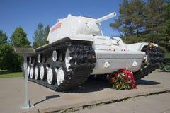 白色重的坦克KV-1登上了在列宁格勒封锁博物馆西洋镜断裂  免版税库存照片