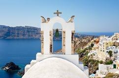 白色钟楼在圣托里尼海岛,基克拉泽斯在希腊 库存照片