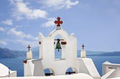白色钟楼在圣托里尼海岛,基克拉泽斯在希腊 免版税库存图片
