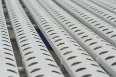 白色钢管的关闭有在种植系统的水栽法的孔网的 库存图片