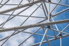 白色钢高视阔步和支持的抽象图象在白蓝色天空前面 免版税库存照片