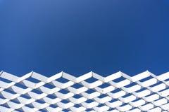白色钢滤网结构有蓝天背景 免版税库存照片