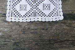 白色钩针编织桌布丝毫管家sempervivum tectorum 免版税库存图片