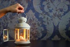 白色铁美丽的装饰灯笼或蜡烛台  库存图片