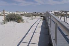 白色铺沙相互沙丘木板走道 免版税库存图片