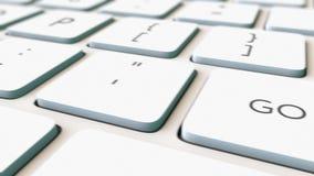 白色键盘宏观移动式摄影车射击和是绿色钥匙,浅焦点 概念性4K夹子 皇族释放例证