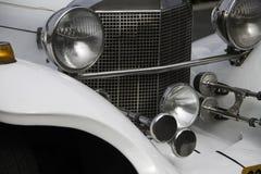 白色镀铬物大型高级轿车前面细节 免版税图库摄影