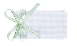 白色长方形与薄荷的绿色丝带弓的被编织的礼物标记 免版税库存图片