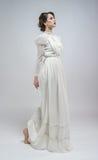 白色长的减速火箭的礼服的性感的妇女 免版税库存图片