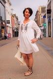 白色长袍街道样式时尚 免版税库存图片