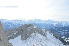 白色降雪的山风景视图 图库摄影