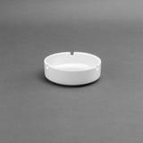 白色陶瓷烟灰缸 免版税库存照片