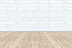 白色陶瓷砖瓦片墙壁和木地板 库存照片