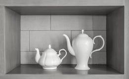 2白色陶瓷装饰集合的大小 免版税库存照片