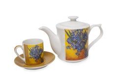 白色陶瓷kettel和杯子在白色背景 免版税库存图片