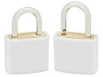 白色隔绝了挂锁对宏观特写镜头,大详细的垂直的演播室射击,开放,闭合的锁保护安全概念 库存照片