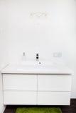 白色面盆单位在卫生间里 免版税库存图片
