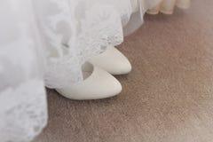 白色鞋子和婚礼礼服背景 库存图片