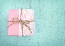 白色鞋带和在桃红色礼物盒的一把简单的弓 免版税库存照片