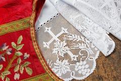 十字褡和白色法衣 库存图片