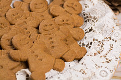 白色鞋带的许多圣诞节微笑的姜饼人 库存照片