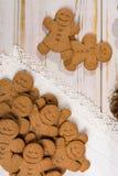 白色鞋带的许多圣诞节微笑的姜饼人 免版税库存照片