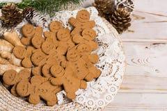 白色鞋带的许多圣诞节微笑的姜饼人 免版税库存图片