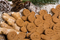 白色鞋带的许多圣诞节微笑的姜饼人 免版税图库摄影