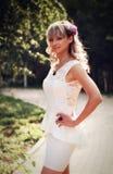 白色鞋带礼服的性感的女孩 免版税库存图片