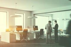 白色顶楼办公室内部,人们的角落 免版税库存图片