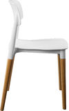 白色颜色塑料椅子,现代设计师 在白色背景隔绝的木腿的椅子 家具例证内部向量 免版税库存图片
