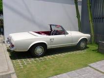 白色颜色奔驰车230 SL 免版税库存图片