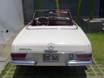 白色颜色奔驰车230 SL 免版税库存照片