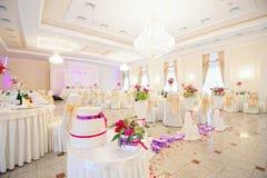 白色颜色的装饰的婚姻的餐馆与花 库存照片