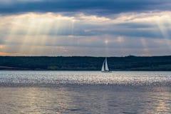 白色风帆在阳光下在河伏尔加河 免版税库存照片