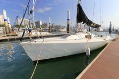 白色风船风帆下来在wuyuanwan游艇码头 免版税库存图片