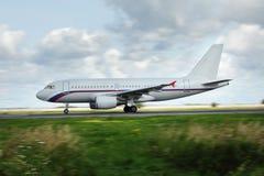 白色飞机沿跑道移动 免版税库存照片