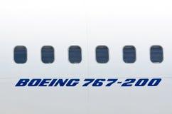白色飞机波音767的Windows 俄国 莫斯科 7月03日 2013年 免版税库存照片
