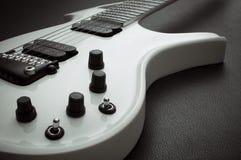 白色飞行吉他 库存照片