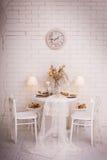 白色餐厅圣诞节室内设计  免版税库存图片