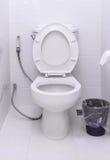 白色马桶在一个现代卫生间里 库存照片