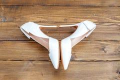 白色高跟鞋 背景特写镜头不同的英尺停顿高查出的行程红色鞋子运动鞋体育运动二名佩带的白人妇女妇女 概念党,婚礼和 库存图片
