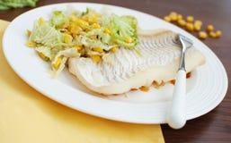 白色鱼内圆角用沙拉 免版税库存照片