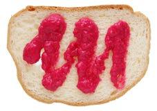 白色麦子面包平的片断抹上与红色辣根舞步 免版税库存图片