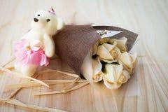 白色黄色玫瑰花和熊玩偶有华伦泰节日礼物和美丽的迷离花束的和爱词在花束 flo 免版税图库摄影