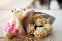 白色黄色玫瑰花和熊玩偶有华伦泰节日礼物和美丽的迷离花束的和爱词在花束 flo 库存图片