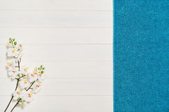 白色,木地板和tovel纹理 概念的背景 免版税库存图片